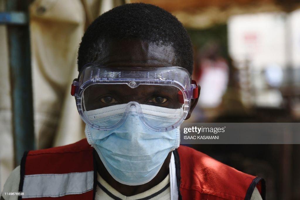 TOPSHOT-UGANDA-DRCONGO-HEALTH-DISEASE-EBOLA : News Photo
