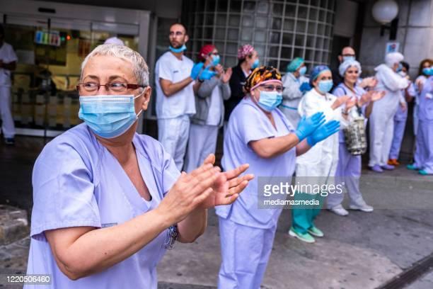 health workers applauding. coronavirus reaction in valencia, spain - aplaudir imagens e fotografias de stock
