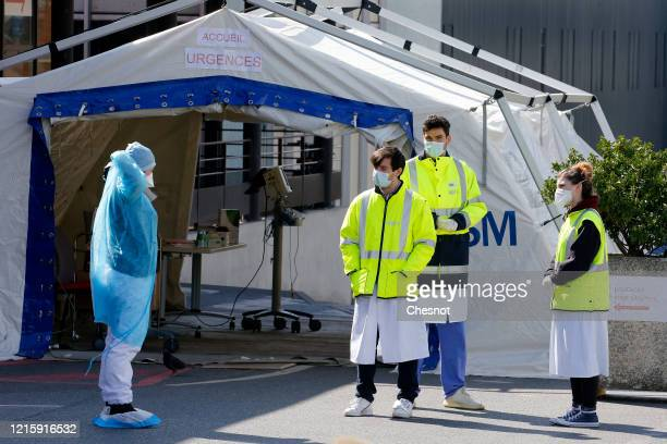 Health workers wearing protective masks wait for patients at the Henri Mondor hospital during the Coronavirus epidemic on March 31 2020 in Creteil...