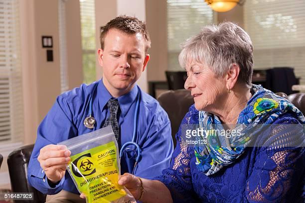 Atención médica: Conserjería médico explica el medicamento de quimioterapia.  Mujer mayor.