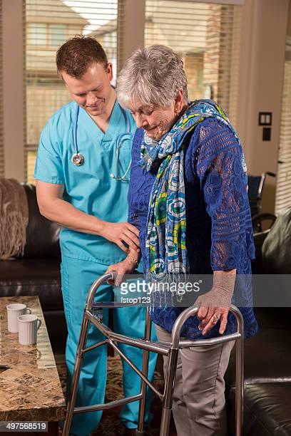 Gesundheitswesen: Concierge Arzt.  Senior Frau im Haus oder Altersheim.