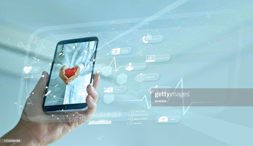 Gesundheitswesen, Arzt online und virtuelles Krankenhauskonzept, Diagnostik und medizinische Online-Beratung auf dem Smartphone, Kommunikation mit Patienten im Netzwerk, Innovative und Medizintechnik. : Stock-Foto