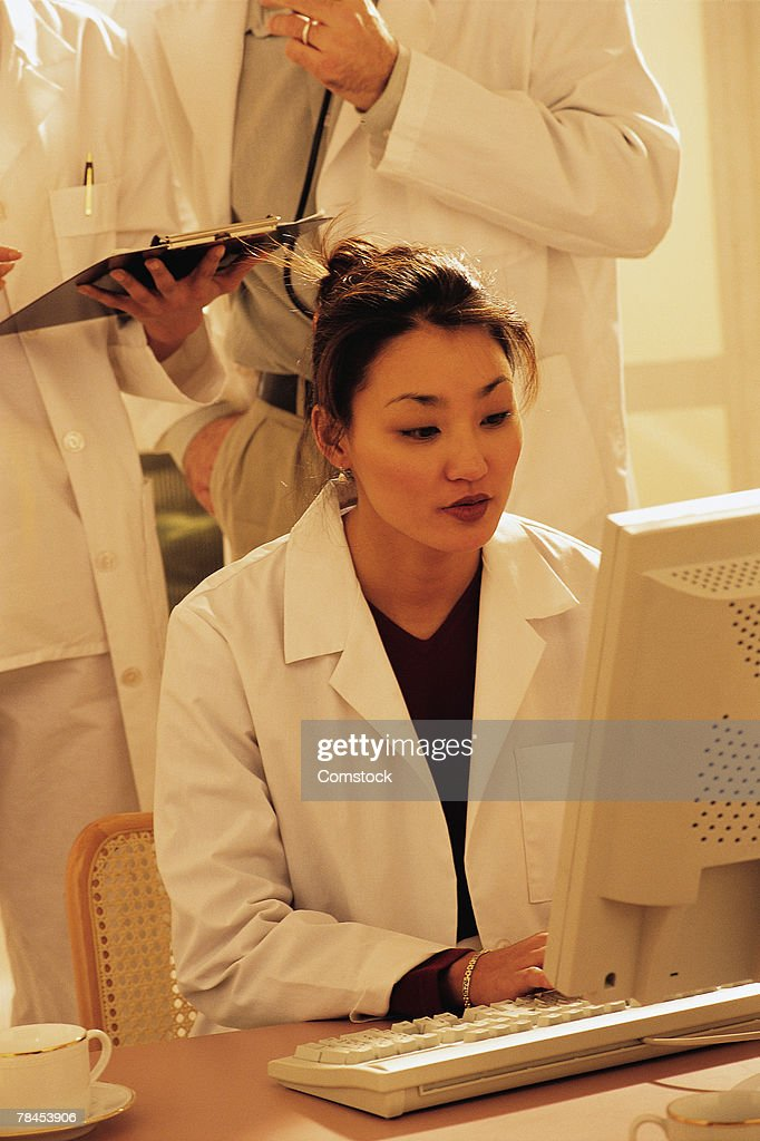 Healthcare professional working at computer : Stockfoto
