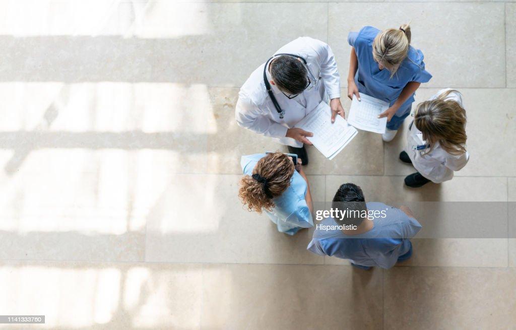 Professionnels de la santé lors d'une réunion à l'hôpital : Photo