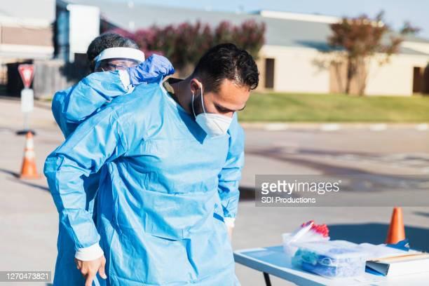 医療従事者はcovid検査現場で働く準備をする - ドライブスルー検査 ストックフォトと画像