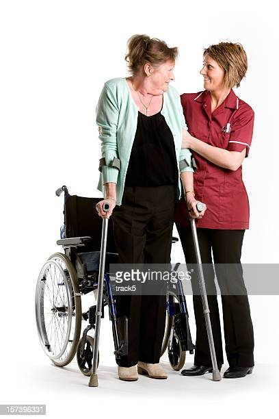 Gesundheitswesen: senior patient Selbstvertrauen mit Hilfe von ihrer Krankenschwester