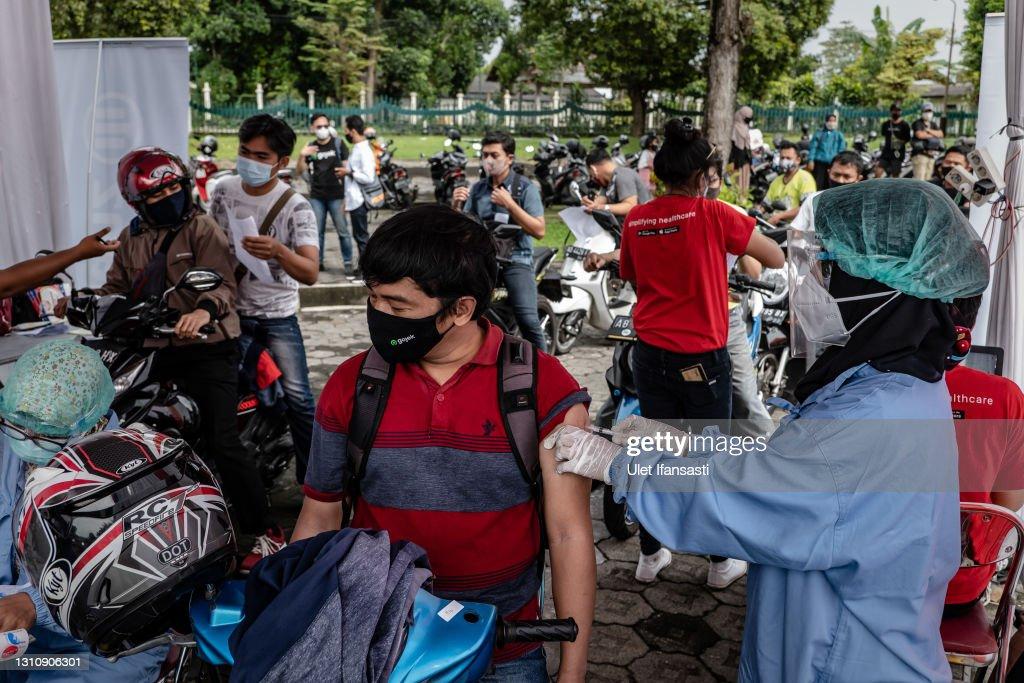 Mass Vaccination On Grounds Of Prambanan Temple : ニュース写真
