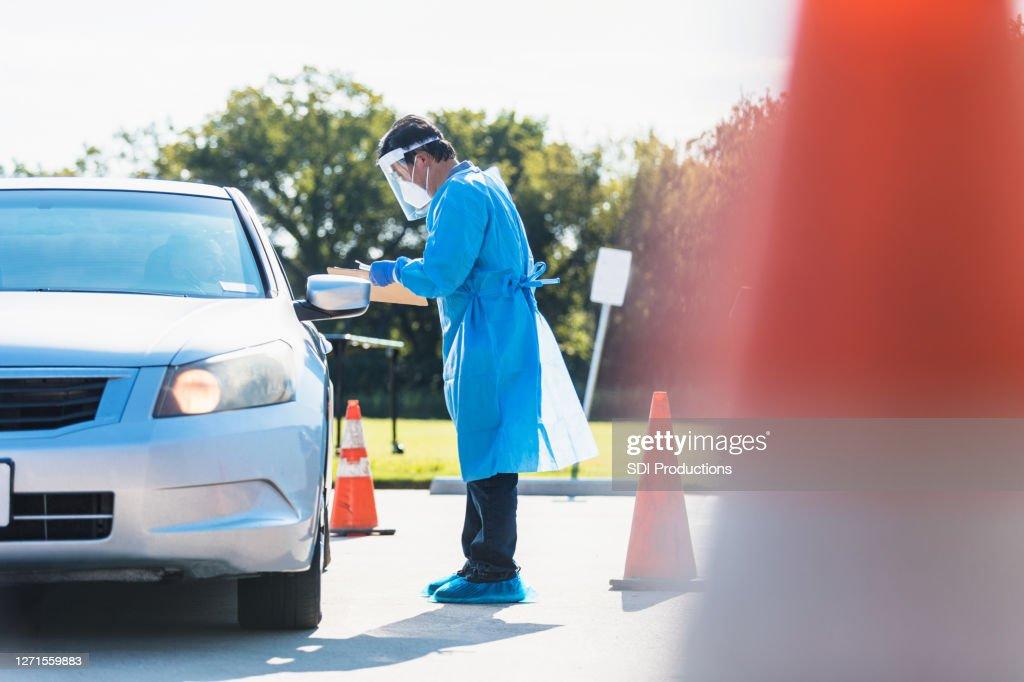 医療従事者がドライバーにコロナウイルス検査を投与 : ストックフォト