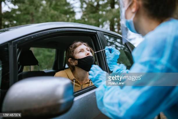 ドライブアップテストセンターの医療従事者 - ドライブスルー検査 ストックフォトと画像