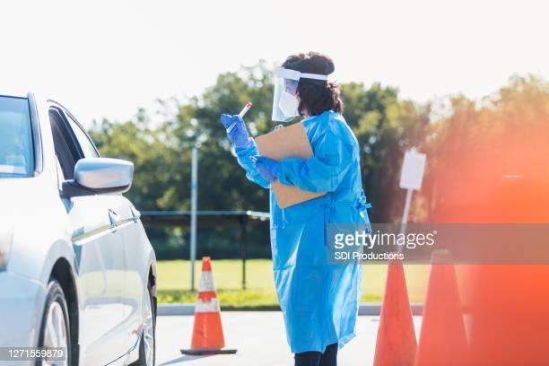 検査現場の医療従事者がコロナウイルス検査を実施 - ドライブスルー検査 ストックフォトと画像