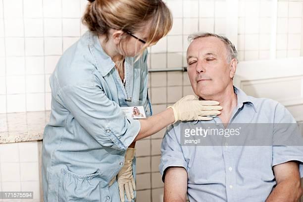 Profissional da Saúde verificação homem de garganta