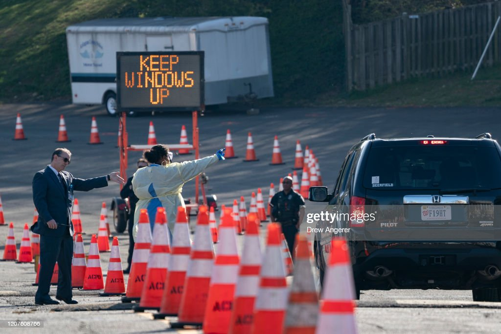 Drive Through Coronavirus Testing Site Opens In Arlington, VA : Nieuwsfoto's