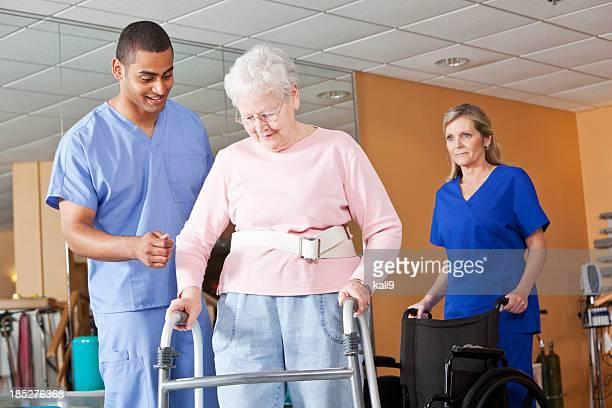 La salud de los trabajadores con mujer senior con walker