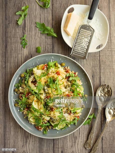 friska bulgur med zucchini menyfliksområdet sallad - bulgur bildbanksfoton och bilder