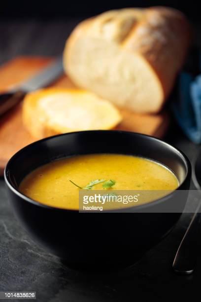 Gesunden Butternut-Kürbis, rote Linsen und Koriander-Suppe