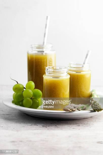 Gesunde Getränke, Gemüsesaft, Spargelsaft, Smoothie von grünem Gemüse,