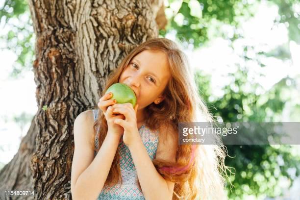 gesunde apfel - kind vor der pubertät stock-fotos und bilder