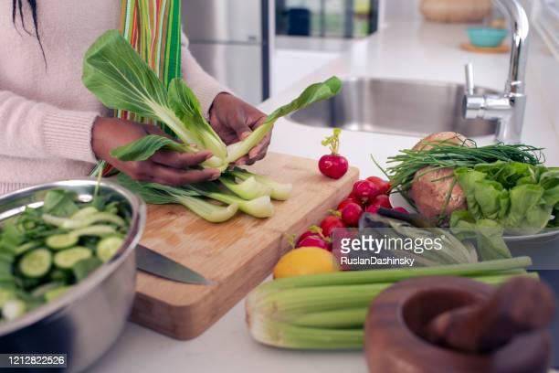 健康的な食事の概念。新鮮なグリーンサラダ。ボクチョイまたは中国の白キャベツ。 - 白梗菜 ストックフォトと画像