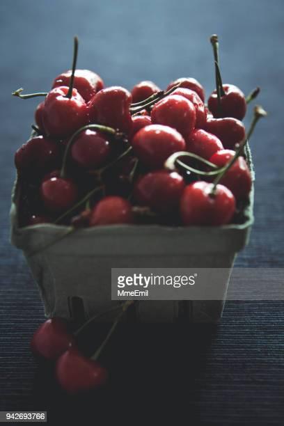 alimentación saludable, cerezas frescas en un cajón de - maduro fotografías e imágenes de stock