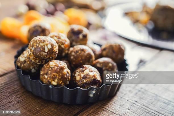 gezonde energie ballen gemaakt van gedroogde vruchten en noten - rauw stockfoto's en -beelden