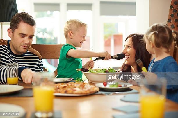 Familia saludable comiendo