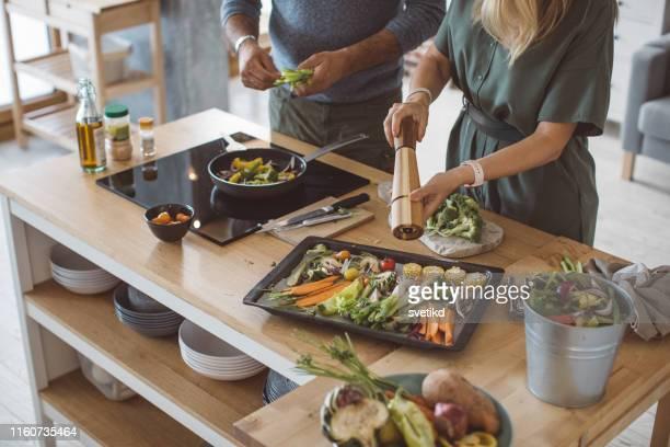 repas de légumes de famille sain - preparation photos et images de collection