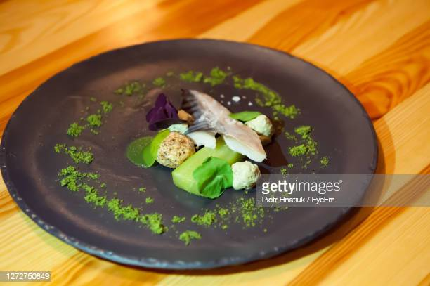 healthy food on plate - piotr hnatiuk foto e immagini stock
