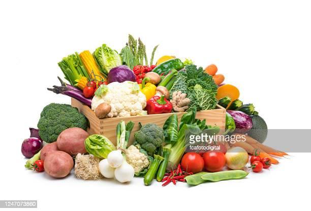 verduras orgánicas frescas saludables en una caja aislada sobre fondo blanco - fruta fotografías e imágenes de stock
