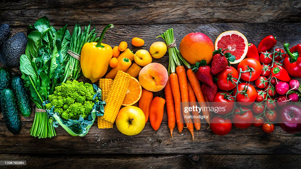 Gezonde verse regenboog gekleurde groenten en fruit in een rij : Stockfoto