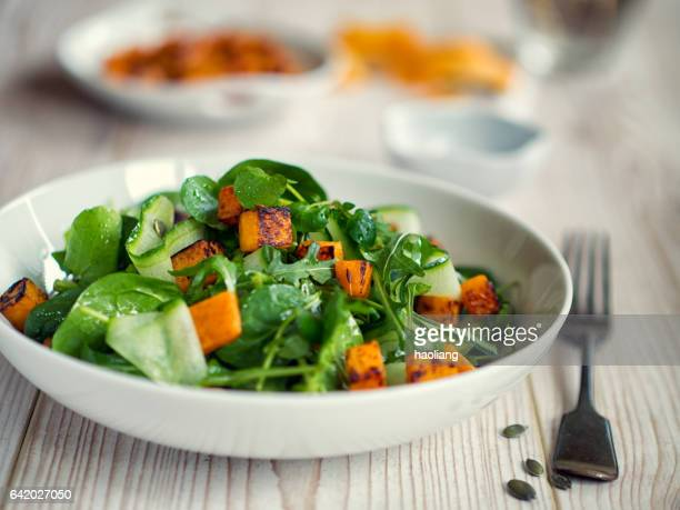 healthy green salad with roasted butternuts squash - spinach stock pictures, royalty-free photos & images