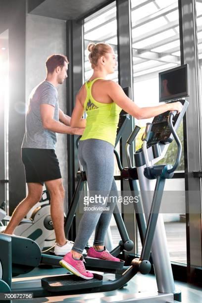 Gezond groep mensen uit te werken op een elliptische trainer