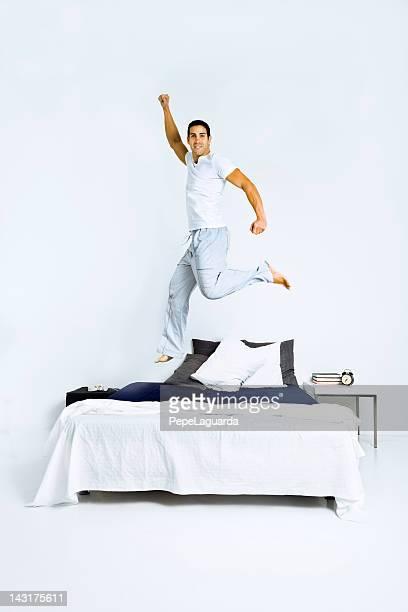 ヘルシーな男性に飛びついベッド
