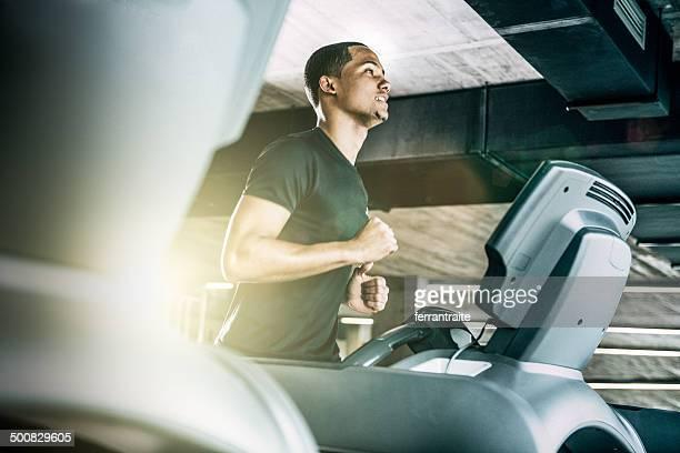 Gesunde Mann läuft auf Laufband