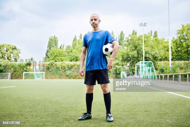 サッカー サッカーを制服で健康な中年の男性