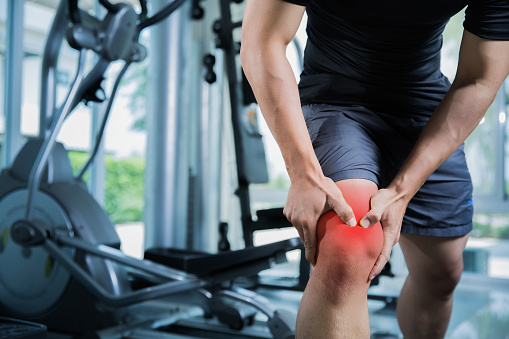 Healthy men Injury from exercise in the gym, he injured his knee 820476020