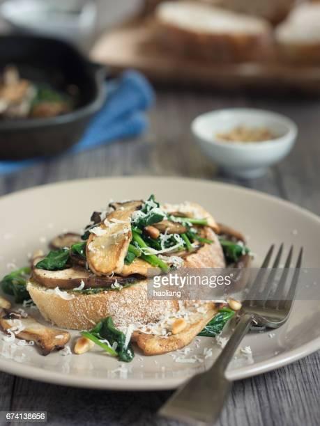 Gezonde paddestoel spinazie bruschetta