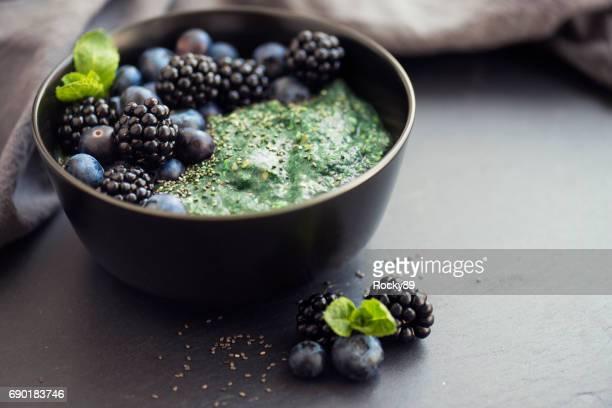 Gesunde Bio Spirulina Brei mit Beeren garniert