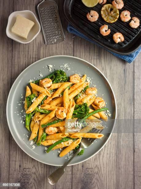 Pasta saludable con ensalada de brócoli y gambas