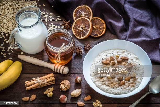 ナッツと健康な雑炊 - ポリッジ ストックフォトと画像
