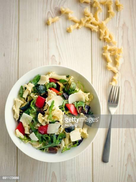 Ensalada de pasta vegetales asado saludable