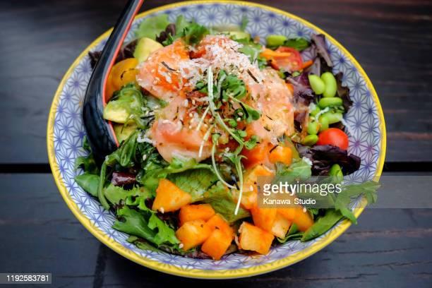 gesunde lachs avocado salatschüssel - kohlenhydratarme diät stock-fotos und bilder