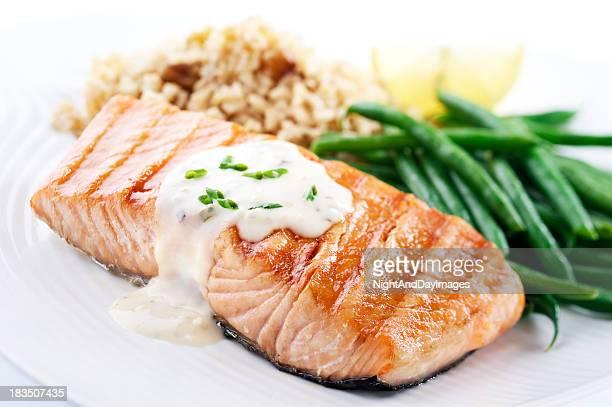 saumon dîner équilibré - sauce photos et images de collection