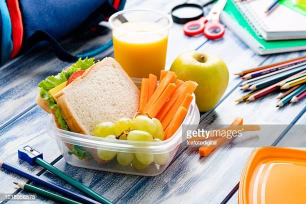 gezonde schoollunchdoos - lunch stockfoto's en -beelden