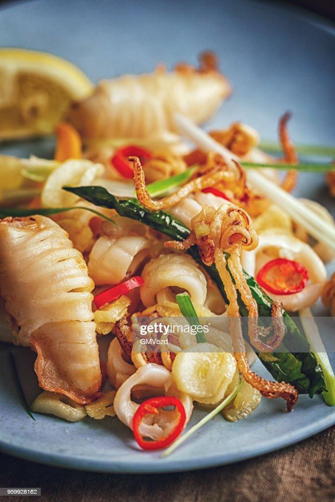 Gesunden Tintenfisch Gericht mit Frühlingszwiebeln und Chili : Stock-Foto
