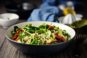 Gesunde vegane Quinoa Spinatsalat