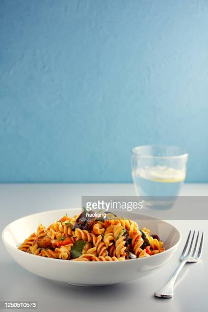 ciotola di pasta vegetale arrosto vegana sana - punto di vista frontale foto e immagini stock