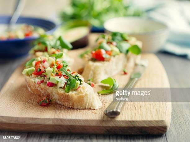 Gesunde vegetarische bruschetta