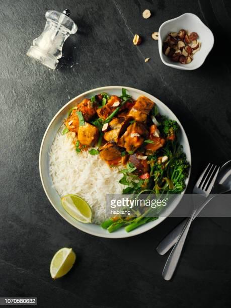 ご飯とヘルシーなベジタリアン タイの赤いカレー - タイ文化 ストックフォトと画像