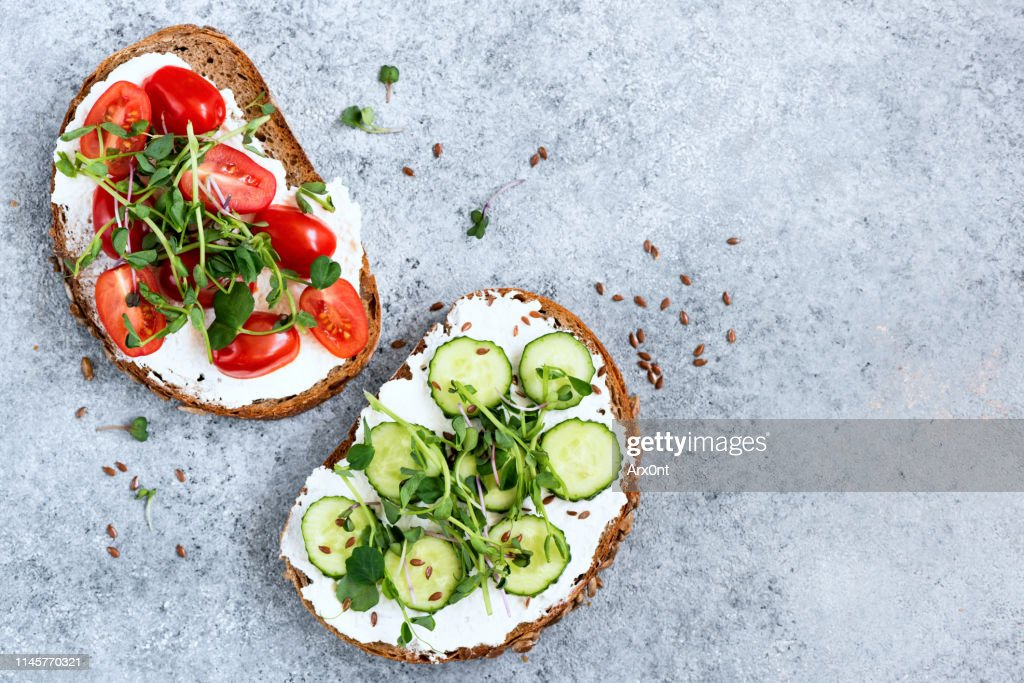 Healthy vegetarian toasts with cream cheese, vegetables, greens : Stock Photo