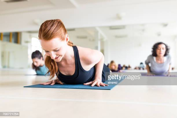 Gesunde Frauen trainieren gemeinsam in Yoga-Klasse.